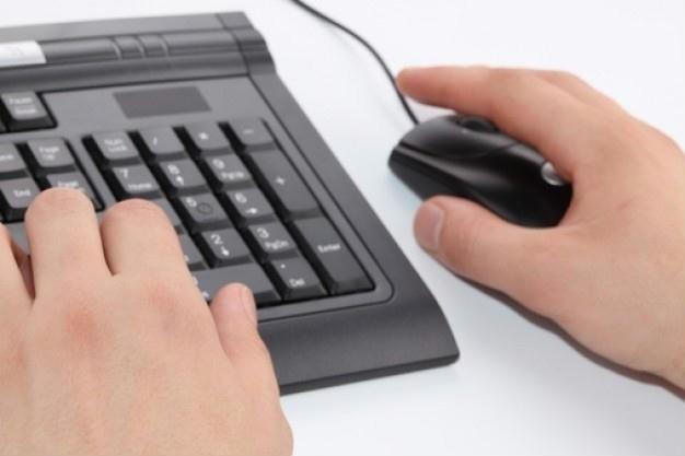 mão teclado computador