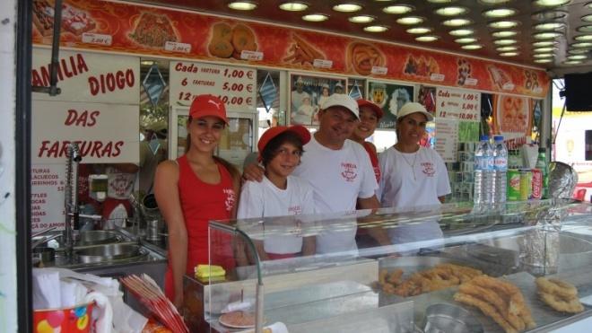 Diogo, o homem que vende farturas, churros e maçãs do amor na Feira de Cuba