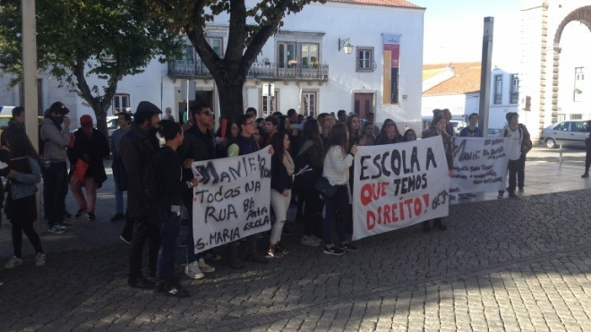 Estudantes do básico, secundário e profissional na rua