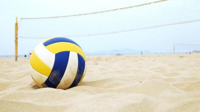 Campo branco com estágio da Selecção Nacional de voleibol de praia