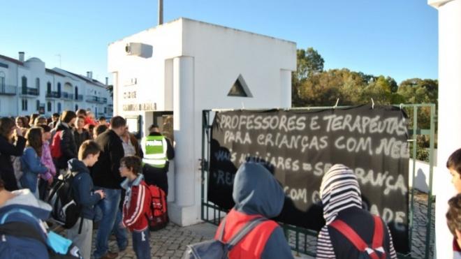 Novo protesto à porta da Escola de Santiago Maior