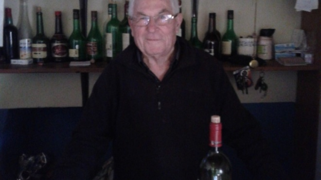"""Ti Augusto"""", o sapateiro que agora vende copos de vinho em S. Brissos"""
