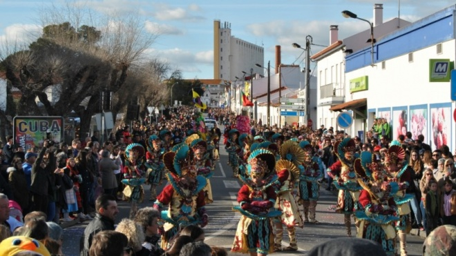 Corso de Carnaval hoje em Cuba com mais de 1300 foliões