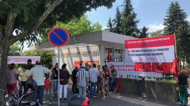 Vigilantes em protesto à porta do Hospital de Beja