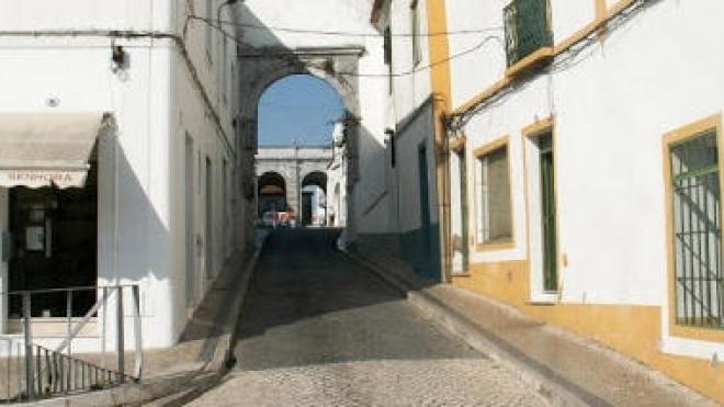 Fechada ao trânsito a entrada na Praça da República pelo Arco dos Prazeres