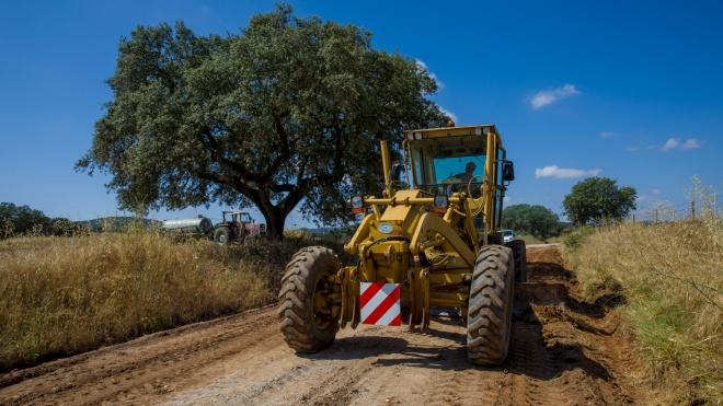 Moura: trabalhos de reparação em caminhos rurais e agrícolas