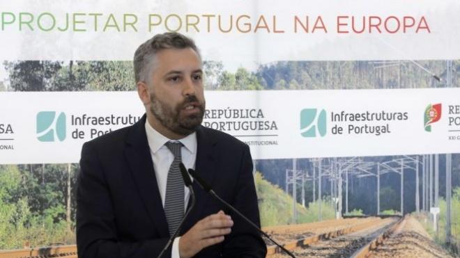"Ministro das Infraestruturas ""promete"" abertura da A26 para breve"