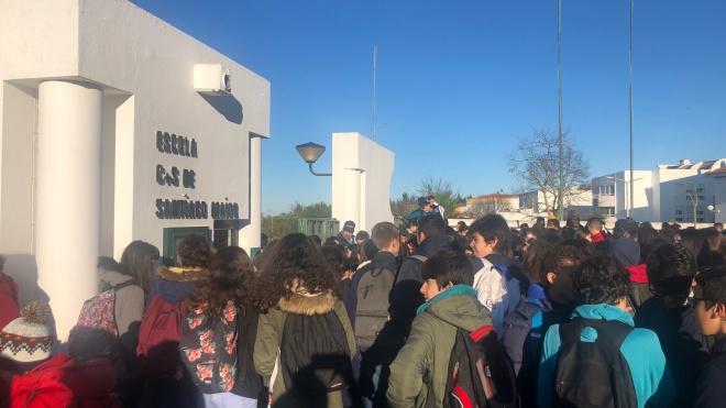 Manifestação à porta da Escola de Santiago Maior em Beja