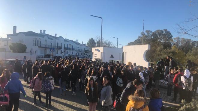 Pais e alunos manifestaram-se à porta da Escola de Santiago Maior