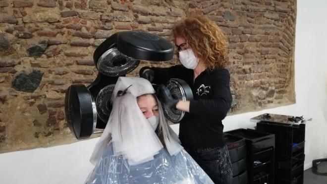 """Cabeleireiras, manicures e esteticistas retomam """"normalidade""""."""