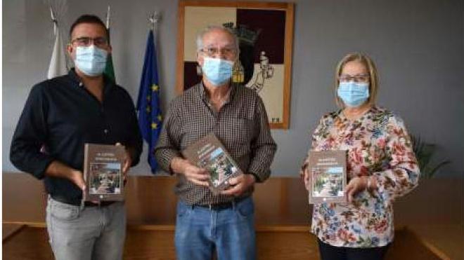"""Aljustrel entregou à família do Padre Lobato reedição do livro """"Aljustrel Monografia"""""""