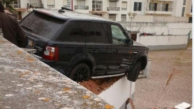 "Jipe ""galga"" muro em acidente sem feridos"
