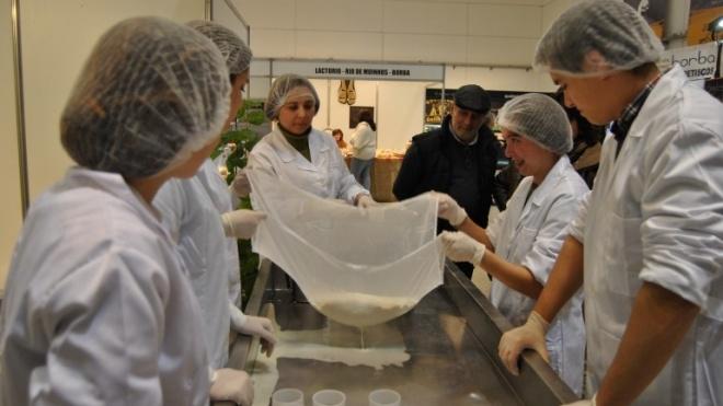 Feira do Queijo do Alentejo com espaço para o visitante fazer queijos