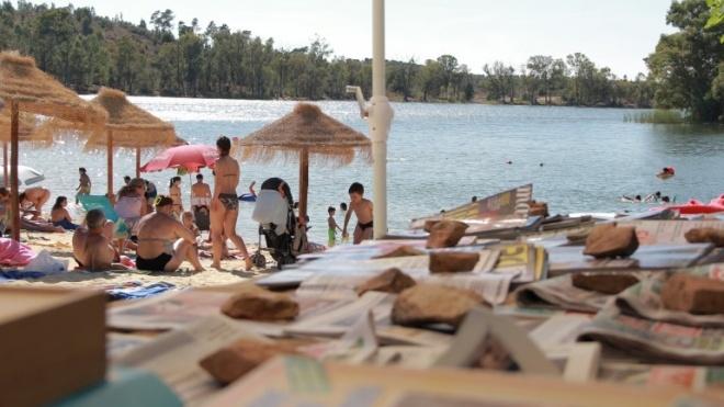 Biblioteca na Praia da Mina de São Domingos