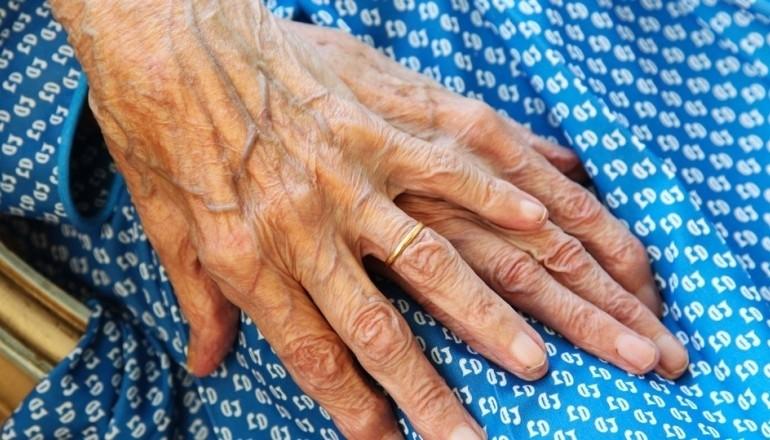 Mãos idosos
