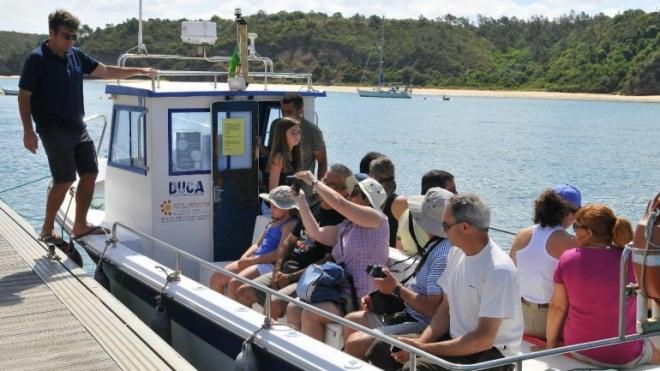 Passeios de barco no Rio Mira