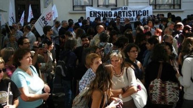 Docentes do Ensino Artístico e Especializado continuam com salários em atraso