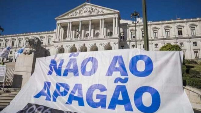Protesto de professores e educadores frente à Assembleia da República