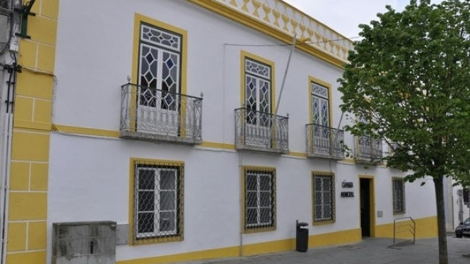 Câmara de Ferreira pede melhoramentos em quatro estradas do concelho