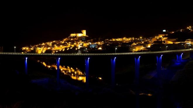 Mértola: Ponte sobre o Guadiana iluminada de azul