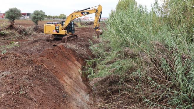 Trabalhos de limpeza e desobstrução de linhas de água em Moura